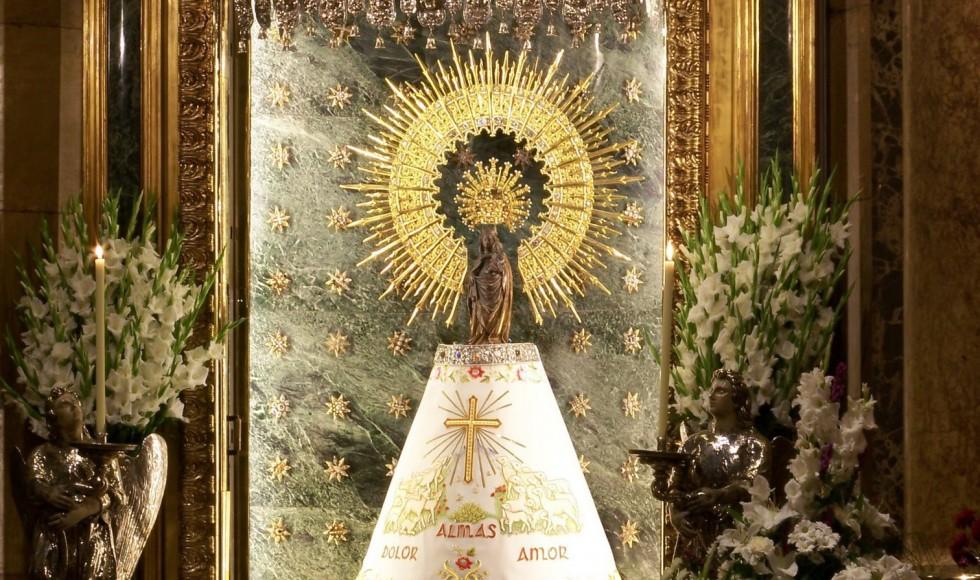 La Virgen del Pilar con manto blanco (sin corona)