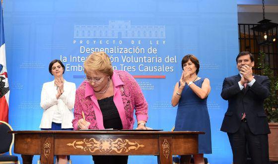 Michelle Bachelet firma el  proyecto de ley para despenalizar el aborto.